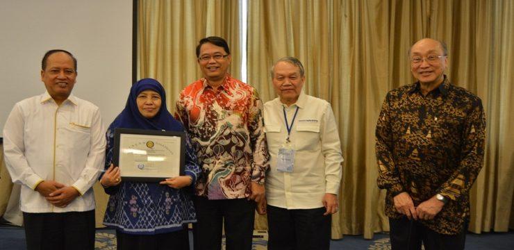 Dekan FIK UI Terima Piagam Penghargaan dari Menristekdikti